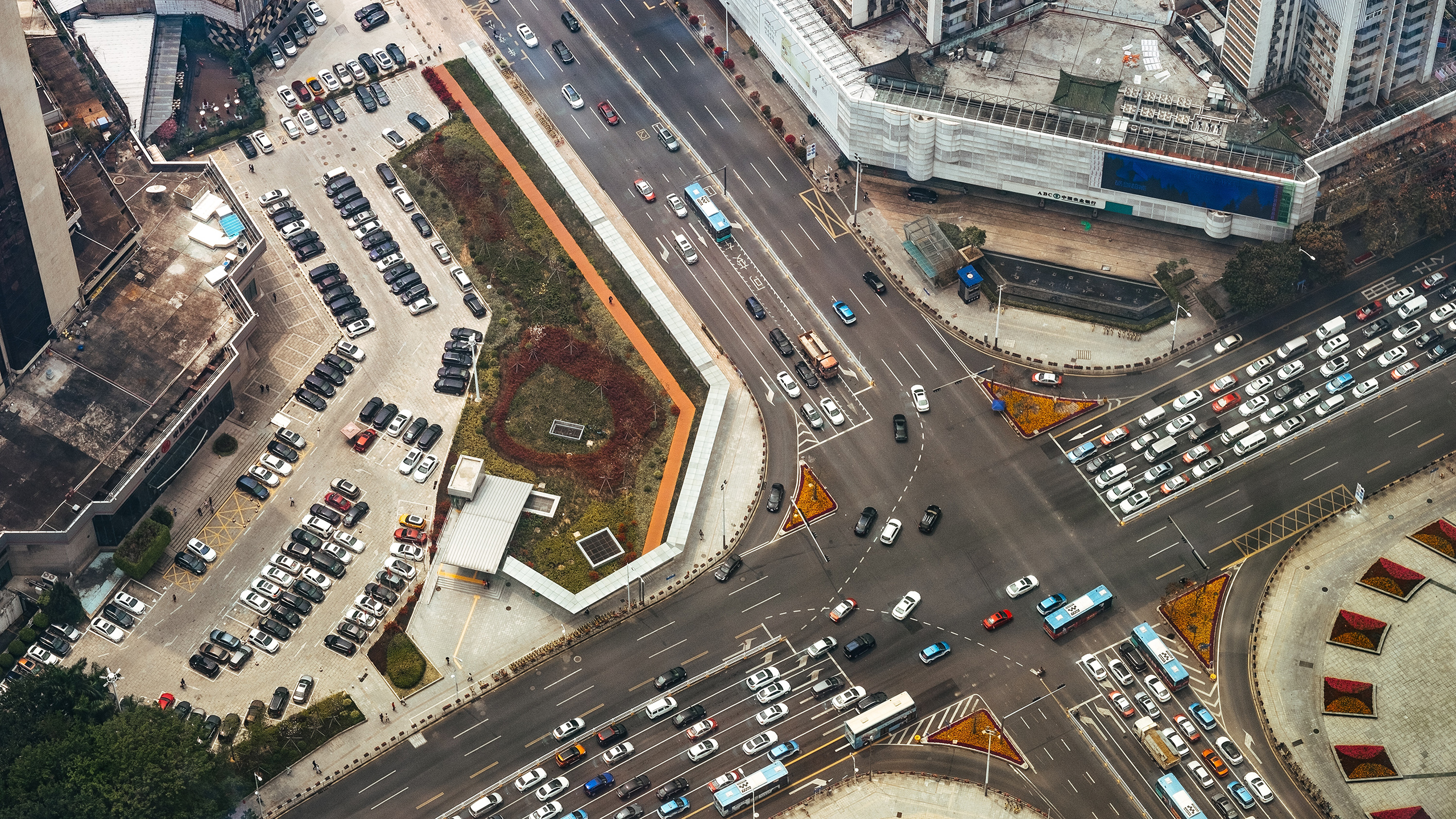 Large crossing with cars from above in China (Photo: Unsplash)