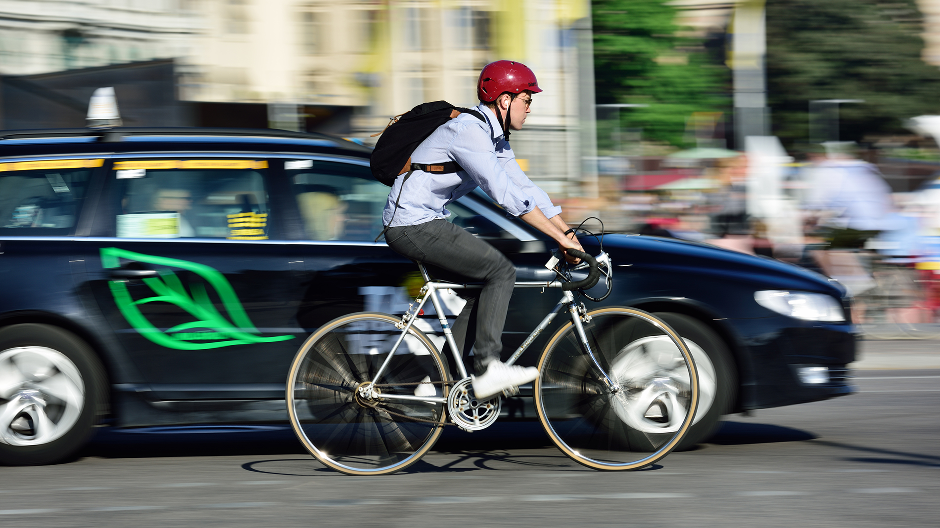 People communicate with all their senses in traffic. Silent electric cars therefore pose a potential danger on the road, particularly to cyclists and pedestrians (Photo: iStock)